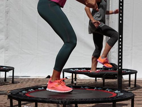 Чем полезны прыжки на батуте и как их грамотно выполнять?